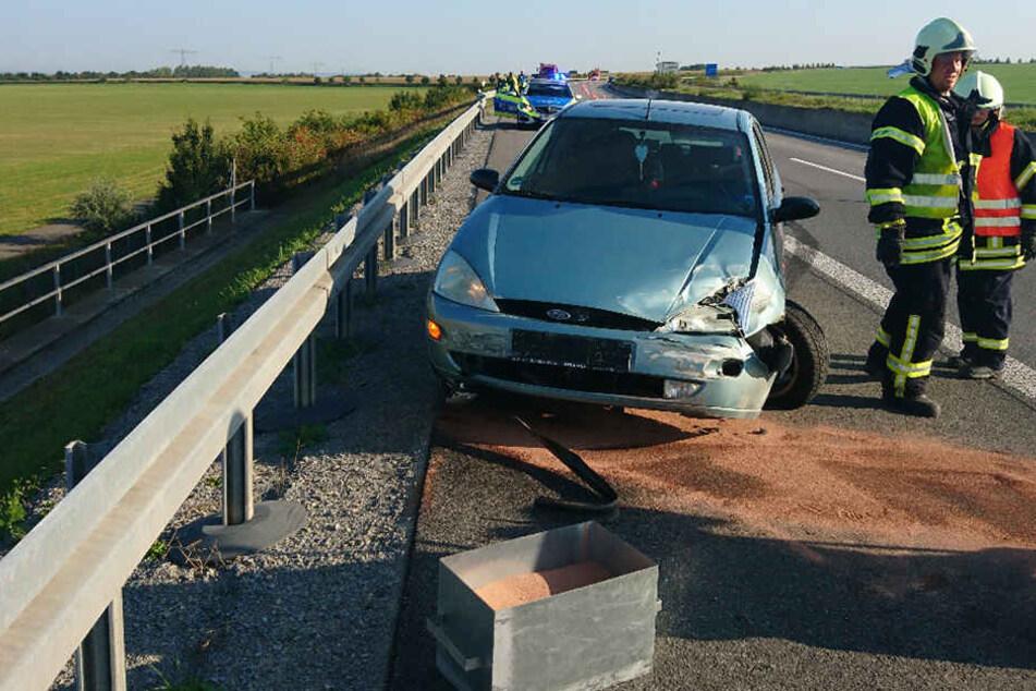 Der Ford schleuderte aus unbekannter Ursache nach rechts in eine Leitplanke.