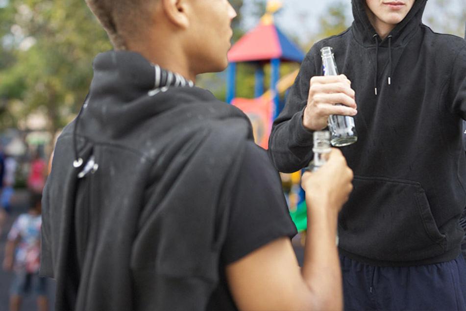 Die Jugendlichen sollen sogar aus umliegenden Gemeinden kommen, um sich auf dem Spielplatz und an der Bushaltestelle zu treffen. (Symbolbild)