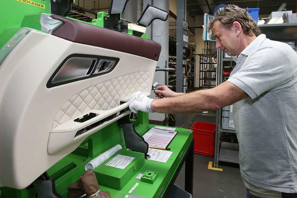 Andreas Walther überprüft eine Türverkleidung eines Mercedes Benz AMG SLS in Gera.