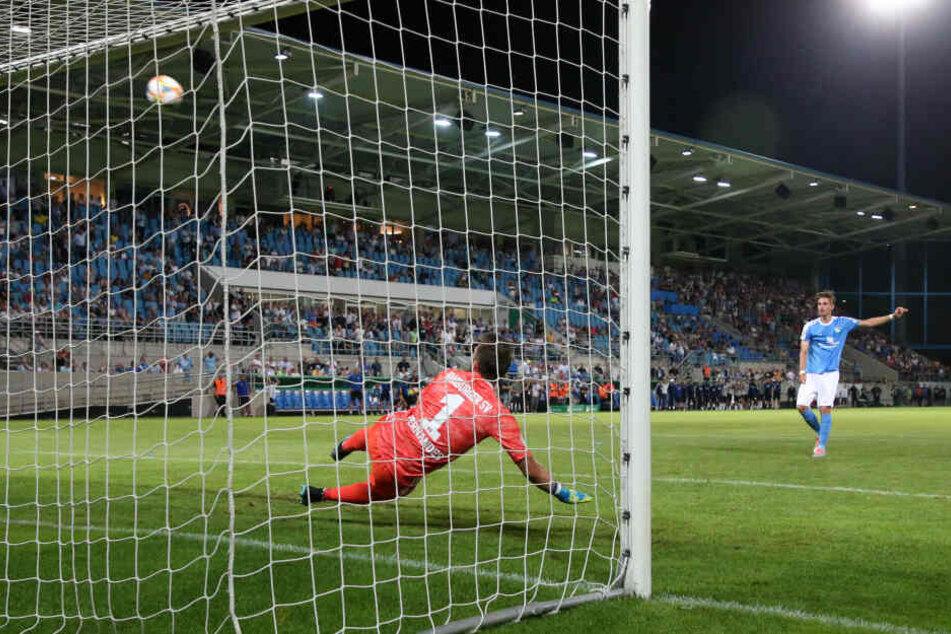 Sören Reddemann semmelt den Ball vom Punkt aus weit übers Hamburger Tor - dieser verschossene Elfmeter besiegelte letztendlich das Pokal-Aus des CFC.
