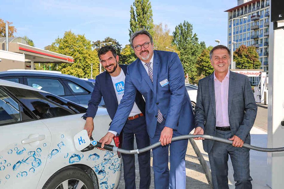 """""""Wasserstoff marsch!"""" Staatssekretär Stefan Brangs (53, M.) mit Burkhard Reuss (57, r.) von Total. Links Lorenz Jung (37) vom Betreiber H2 Mobility."""