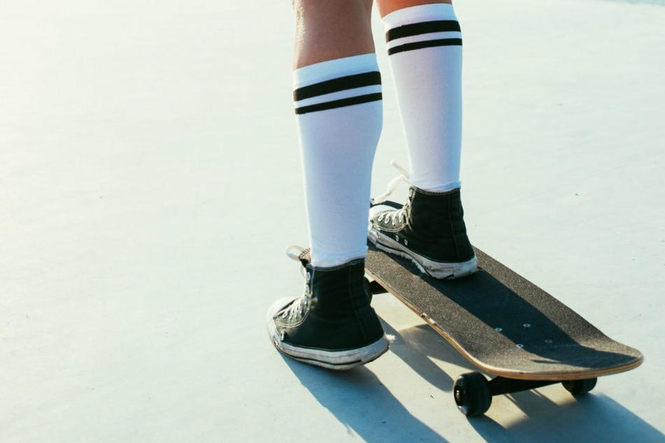 Ein Mädchen skatet in einem Park. (Symbolbild)