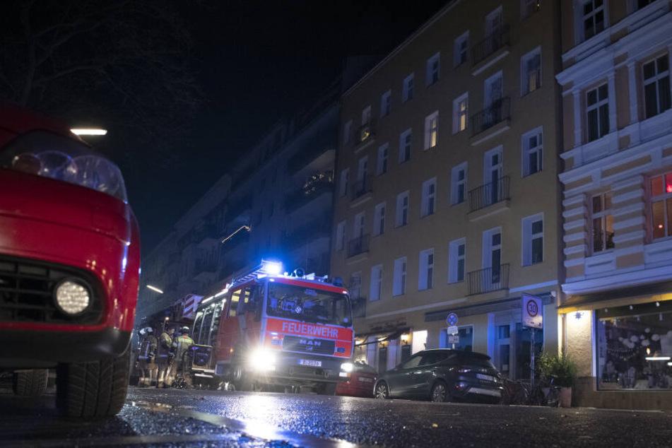 Kräfte der Berliner Feuerwehr in der Silvesternacht bei einem Einsatz in der Belziger Straße.