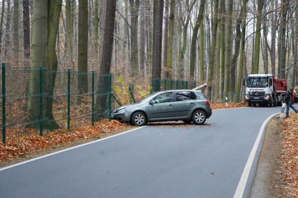 Der VW krachte in einen Zaun.