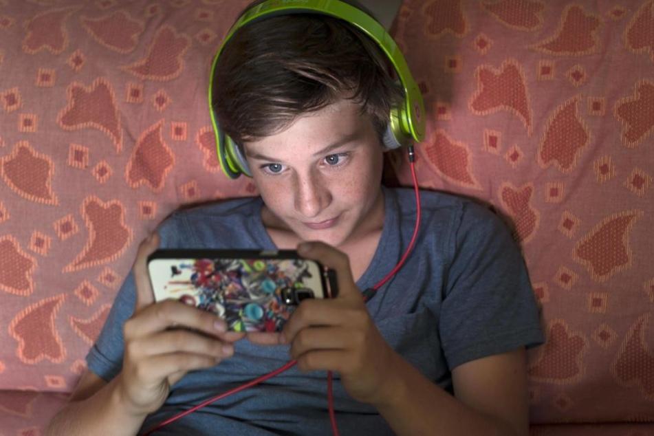 Teenager schauen mehrere Stunden pro Tag aufs Handy-Display.