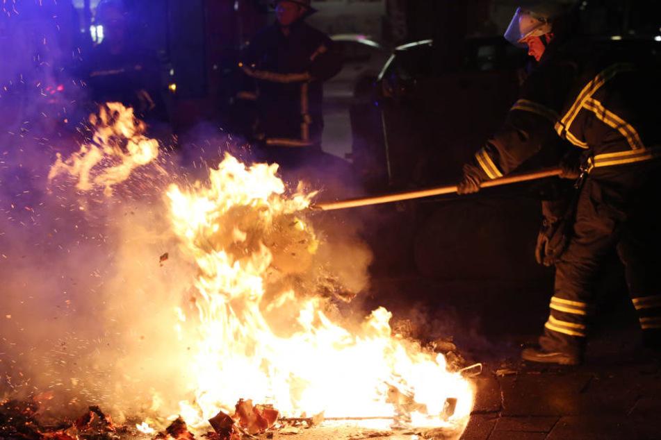So wie hier mussten auch die Feuerwehrleute in Rudolstadt eingreifen, um die Brände entlang der Straßen zu löschen. (Symbolbild)