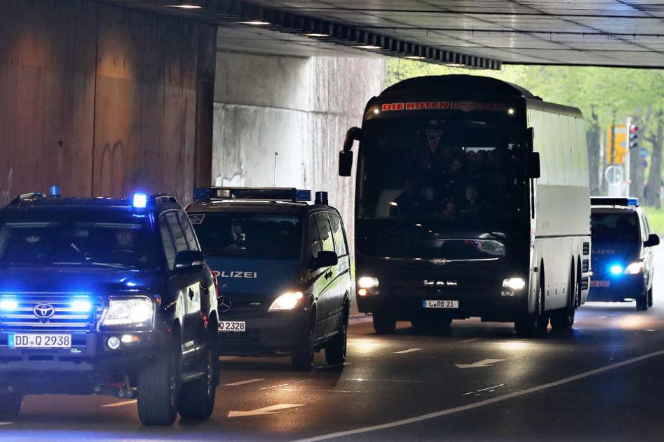 Mehr Polizeischutz als sonst: Nach den Vorfällen von Dortmund wird der Mannschaftsbus der Roten Bullen ins Stadion geleitet.