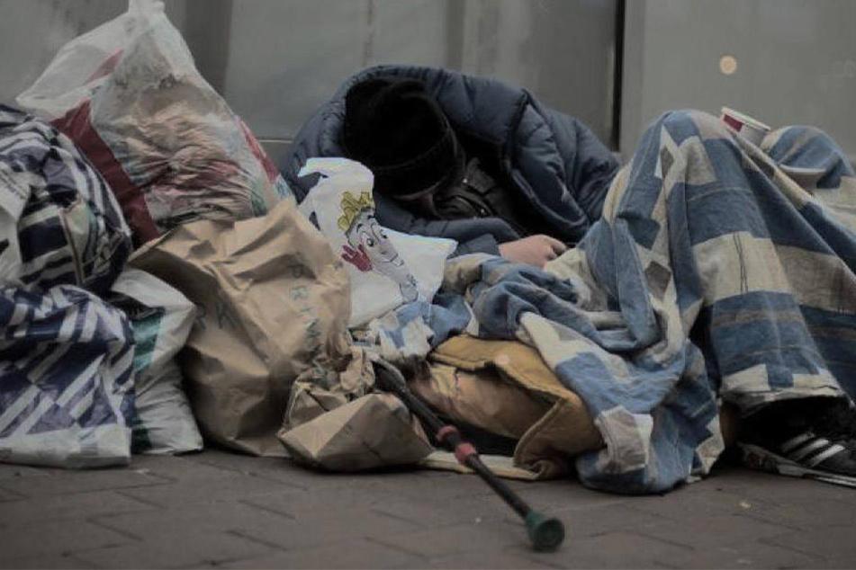 Der Obdachlose schlief in seinem Bett. Dann wurde er Opfer eines widerlichen Angriffes. (Symbolbild)