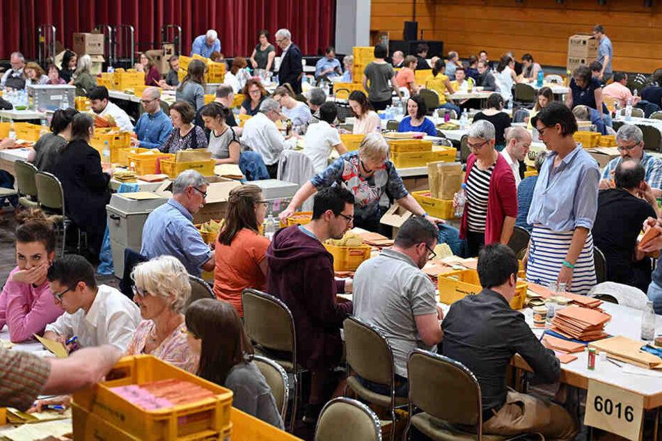 Die Wahlhelfer prüfen Briefwahlunterlagen auf Vollständigkeit und Gültigkeit, bevor diese ausgezählt werden.