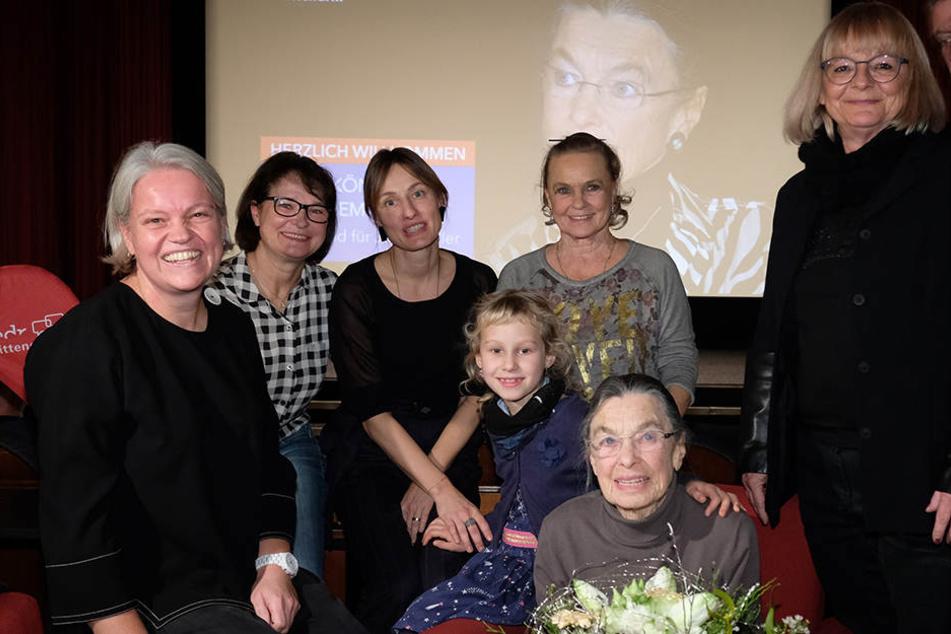 """Premiere des Films """"Die Eiskönigin in Chemnitz"""" im Clubkino Siegmar: Jutta Müller im Kreis ihrer Familie sowie Autorin Carola Ullirch und Ex-Eiskusntläuferin Anett Pötzsch."""