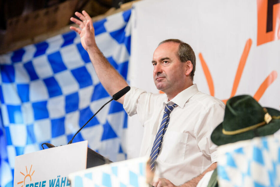 Hubert Aiwanger, Wirtschaftsminister und Landesvorsitzender der Freien Wähler in Bayern, begrüßt beim Politischen Frühschoppen Gillamoos die Besucher.