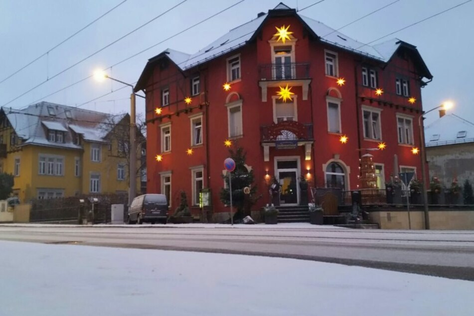 In Dresden war es am Montagmorgen so schön weiß wie hier auf der Bautzner Landstraße an der Bäckerei Scheinert.