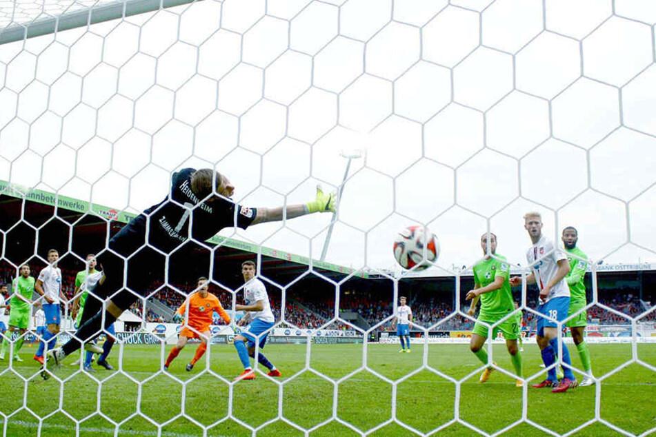 """Der Treffer von Martin Männel zum 2:2 in Heidenheim stand damals sogar zum """"Tor des Monats"""" zur Wahl.  Dennoch stieg Aue ab."""