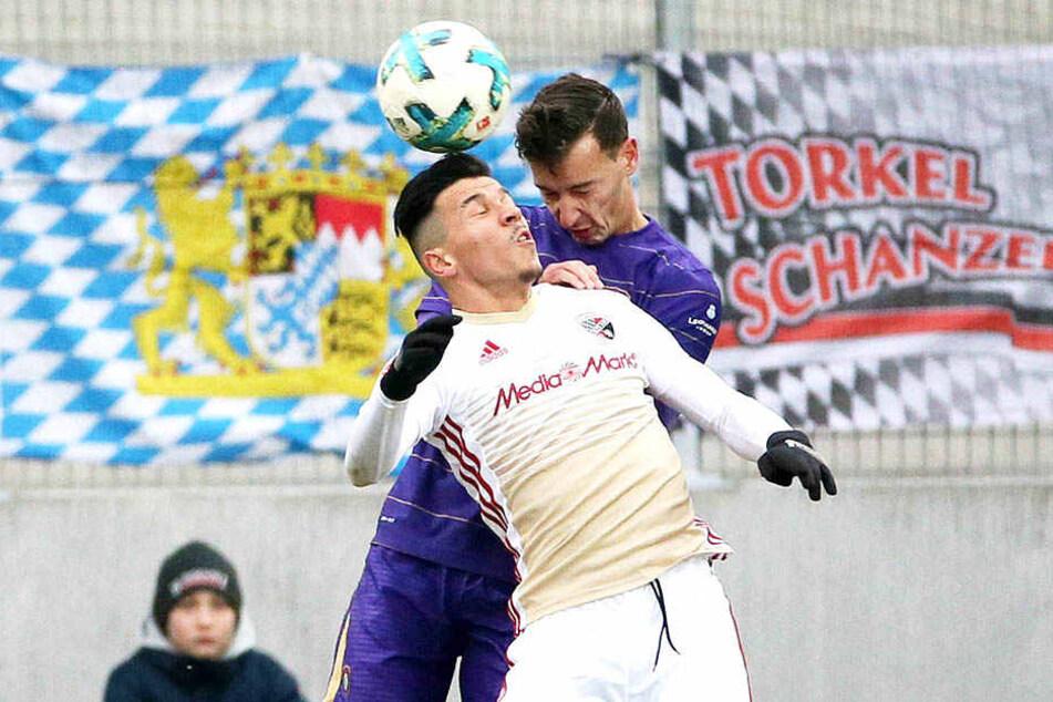 Dominik Wydra (hint.) in der Partie gegen den FC Ingolstadt beim Kopfballduell mit Alfredo Morales.