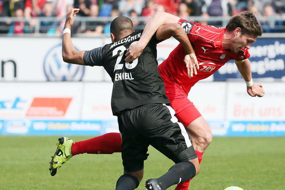 Ronny König (rechts) kämpft mit R.-D. Fennell um den Ball In der Nachspielzeit machte der Torjäger alles klar.
