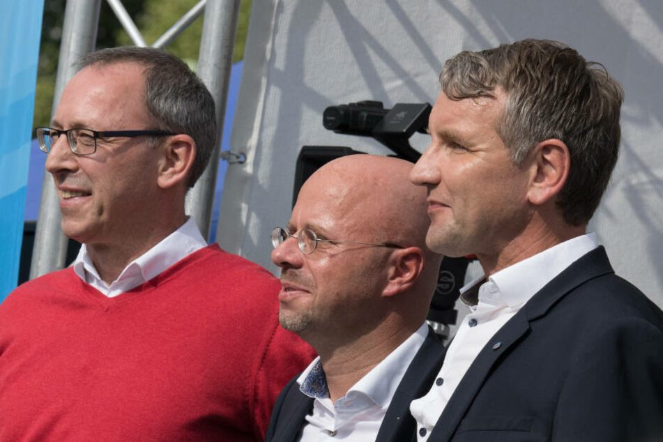 Björn Höcke (re.) mit Jörg Urban (li.) und Andreas Kalbitz (mi.) beim Wahlkampfauftakt in Cottbus am Samstag.