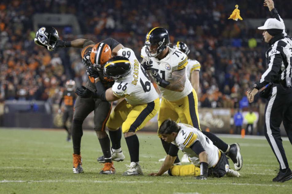 Browns-Profi Myles Garrett (23) riss dem Steelers-Quarterback Mason Rudolph (24) den Helm vom Kopf und prügelte damit auf ihn ein.
