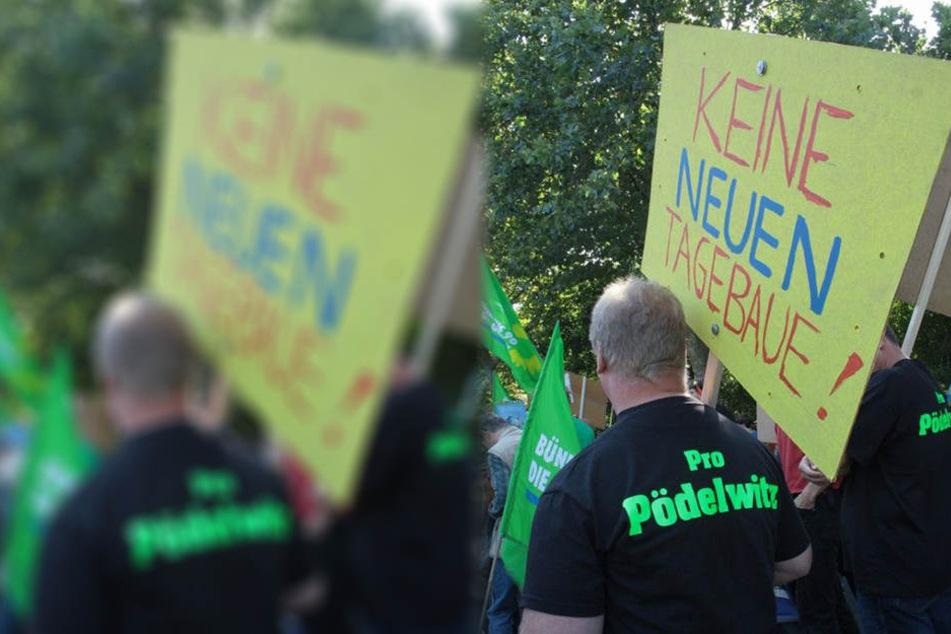"""Die Bürgerinitiative """"Pro Pödelwitz"""" auf einem Protestmarsch. Am Sonntag will ein breites Umweltbündnis ein symbolisches Blumenkreuz vor der Kirche des Ortes pflanzen."""