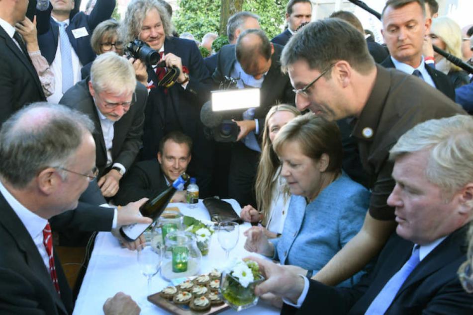 Kanzlerin Merkel wird mit Wein, Sanddorn-Frischkäsecreme und Krabben von der Nordess-Insel Borkum verköstigt.