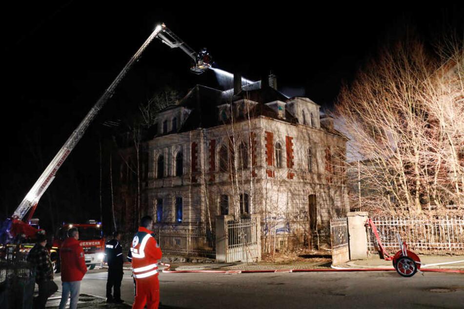 Die Feuerwehr löschte die Flammen in der ehemaligen Stuhlfabrik.