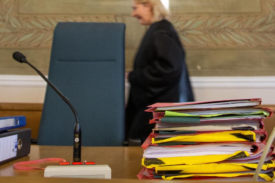 Prozessakten liegen im Gerichtssaal am Platz des Richters.