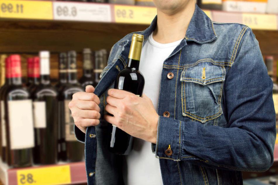 Ohne Rücksicht schnappten sich die rumänisch-stämmigen Leute den Alkohol im Autohof und tranken ihn vor Ort. (Symbolbild)