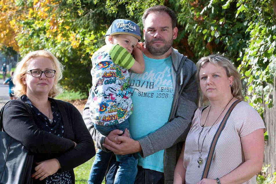 Leerer Spielplatz: Die Eltern Nanette Böhme (37.,r), Thomas Heckmann (43) mit Sohn Theo (4) und Stadträtin Solveig Kempe (36, CDU) sind frustriert.