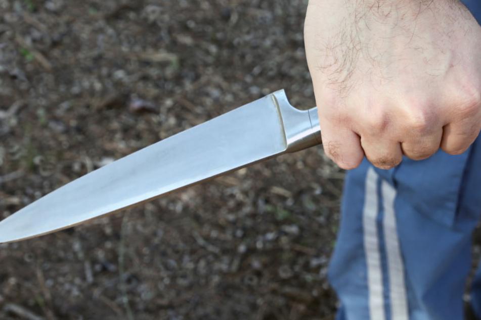 Mann sticht mitten in Imbiss mit Messer auf Kontrahenten ein