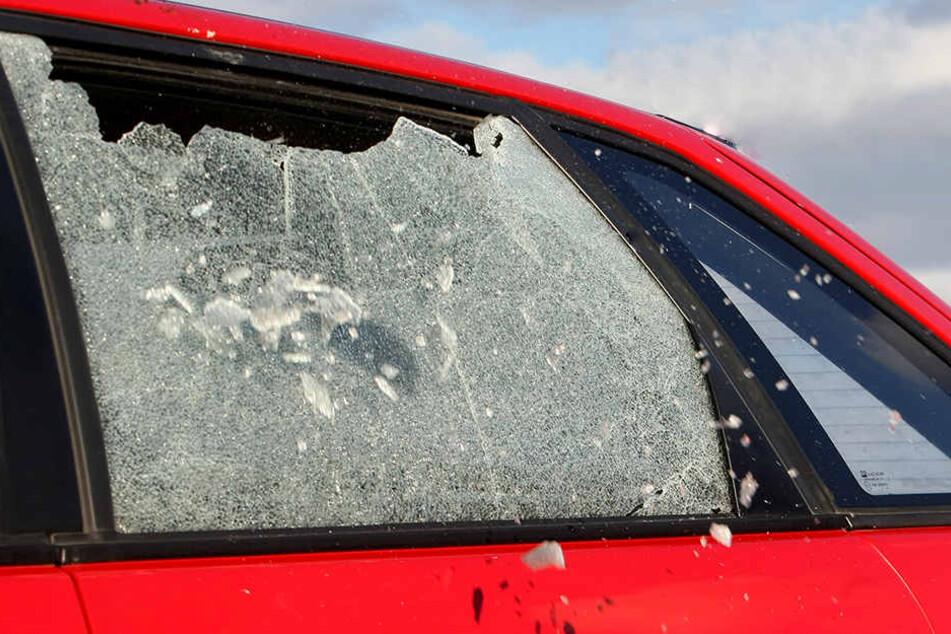 Die Diebe schlugen die Scheiben mehrerer Autos ein.