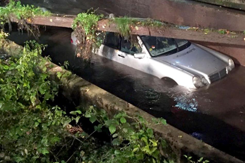 Der Mercedes musste mit einem Schwerlastkran aus seinem feuchten Parkplatz geborgen werden.