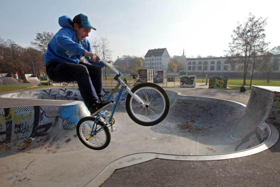 Im Konkoridapark sind regelmäßig zahlreiche Skateboarder und BMX-Fahrer in der Halfpipe unterwegs. (Archivbild)