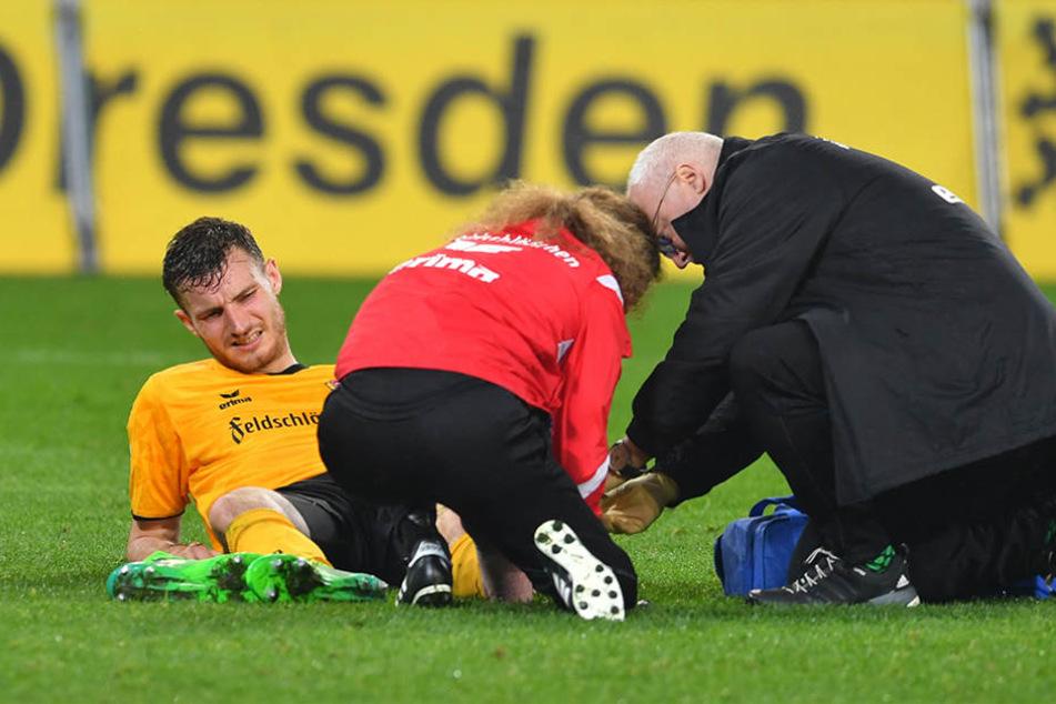 Gleich nach dem Spiel eilten Physiotherapeut und Arzt zu Ballas.