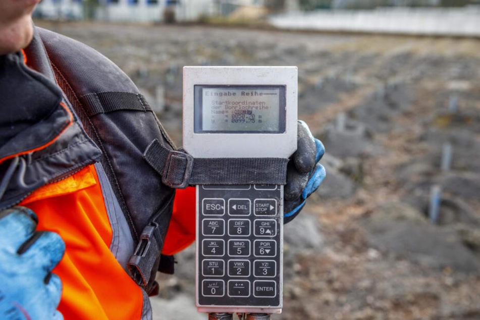 Das mobile Gerät erfasst die Koordinaten des Bohrlochs.