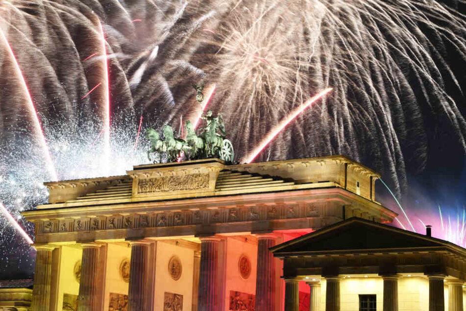 Ein Feuerwerk ist während Deutschlands größter Silvesterparty am Brandenburger Tor zu sehen (Symbolbild).