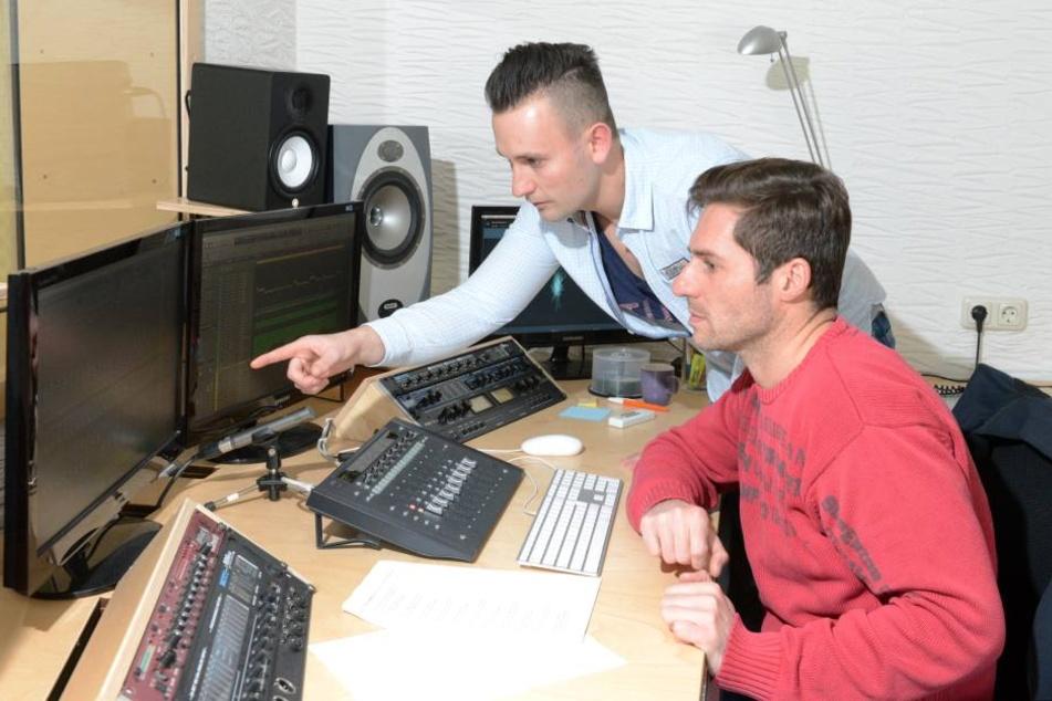 Kevin (23) hört und schaut sich mit Produzent Mirko Süß (45, r.) die ersten  Aufnahmen für das Medley an.