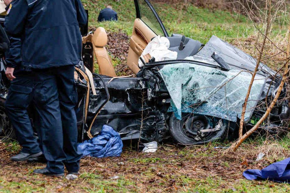 Die Fahrerin und ein Zehnjähriger wurden bei dem Unfall schwer verletzt. Der Beifahrer starb.