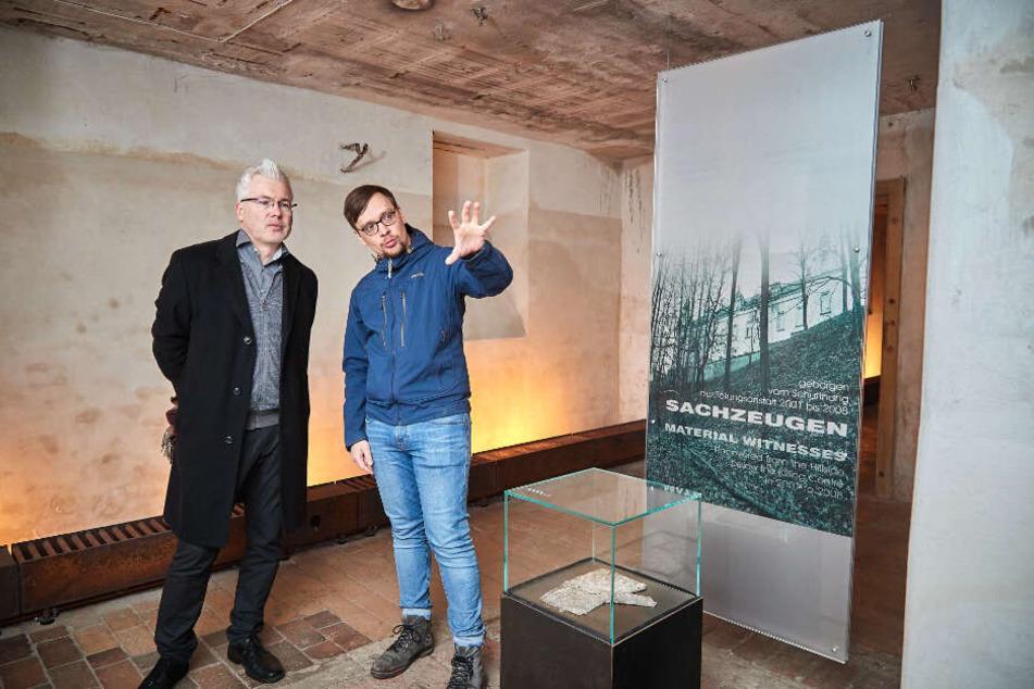 Gedenkstätten-Referent Hagen Markwardt (37, r.) erklärt TAG24-Reporter Torsten Hilscher (51) die Ausstellung im Keller.
