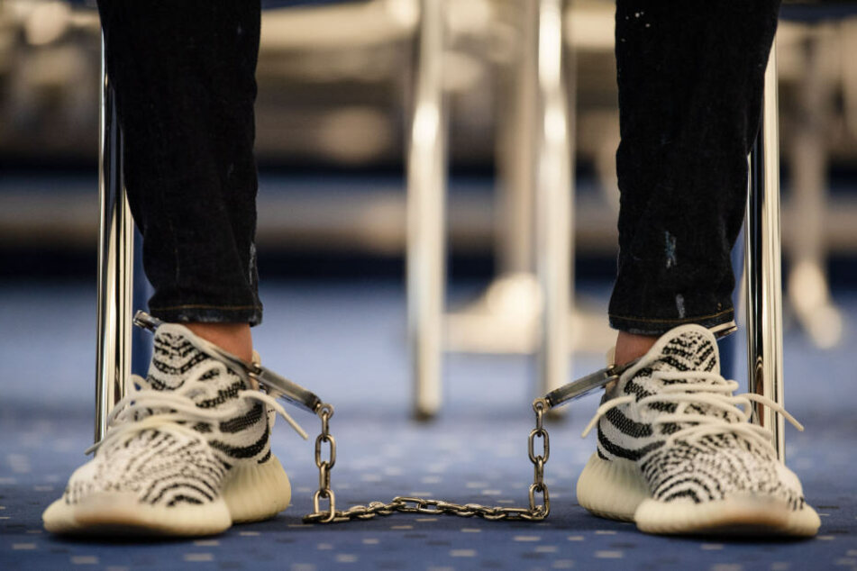 Der Angeklagte musste Fußfesseln tragen.