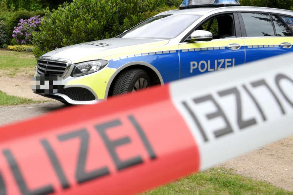 Die Beamten fanden nach einem Zeugenanruf den mutmaßlichen Täter und seine schwer verletzte Ehefrau im Auto sitzend auf (Symbolbild).