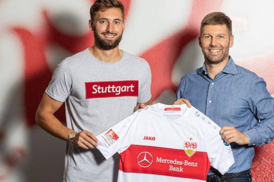 Nathaniel Phillips (l.) wird von VfB-Sportvorstand Thomas Hitzlsperger vorgestellt.