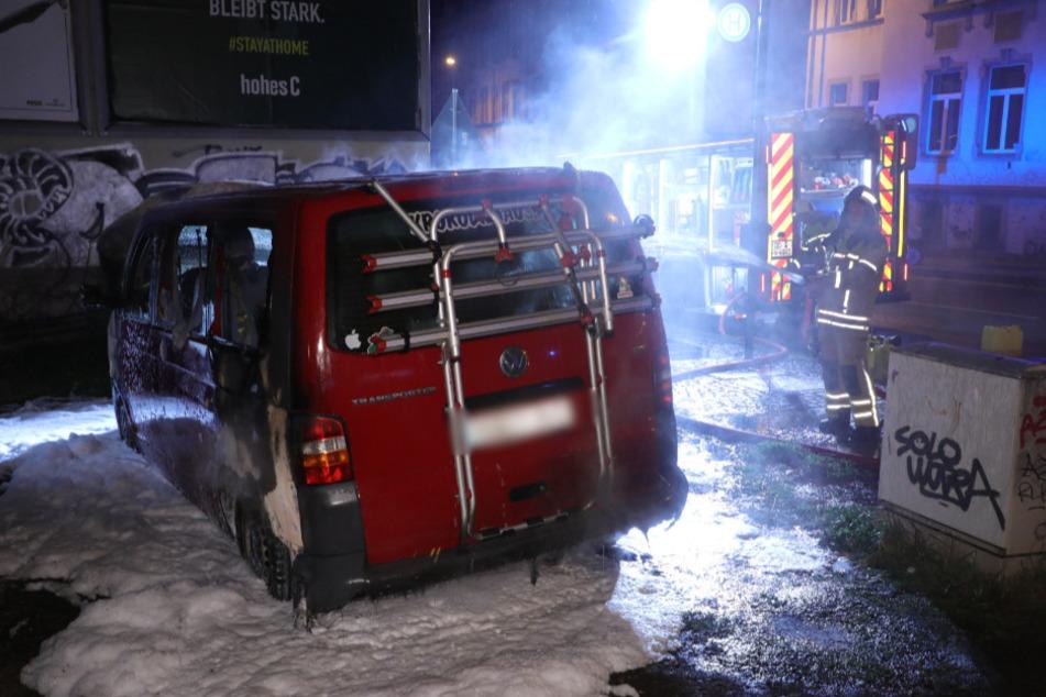 Der rote VW-Bus parkte direkt neben der Haltestelle Rudolf-Leonhard-Straße.