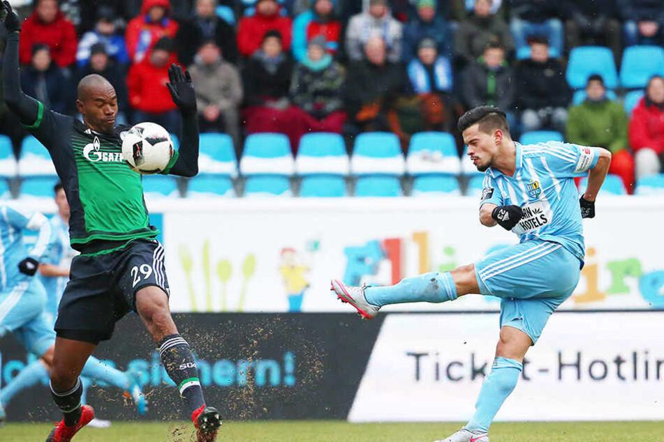 Abwehrspieler Stefano Cincotta hat ein starkes linkes Bein. Diesen Schuss beim 2:1-Testspielsieg gegen Schalke 04 kann Naldo allerdings abwehren.