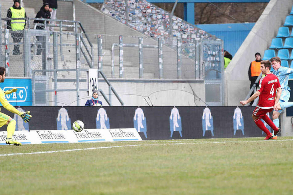 Florian Hansch (hinten rechts) zieht ab. Wenig später schlägt der Ball zum 1:1 im Unterhachinger Tor ein.