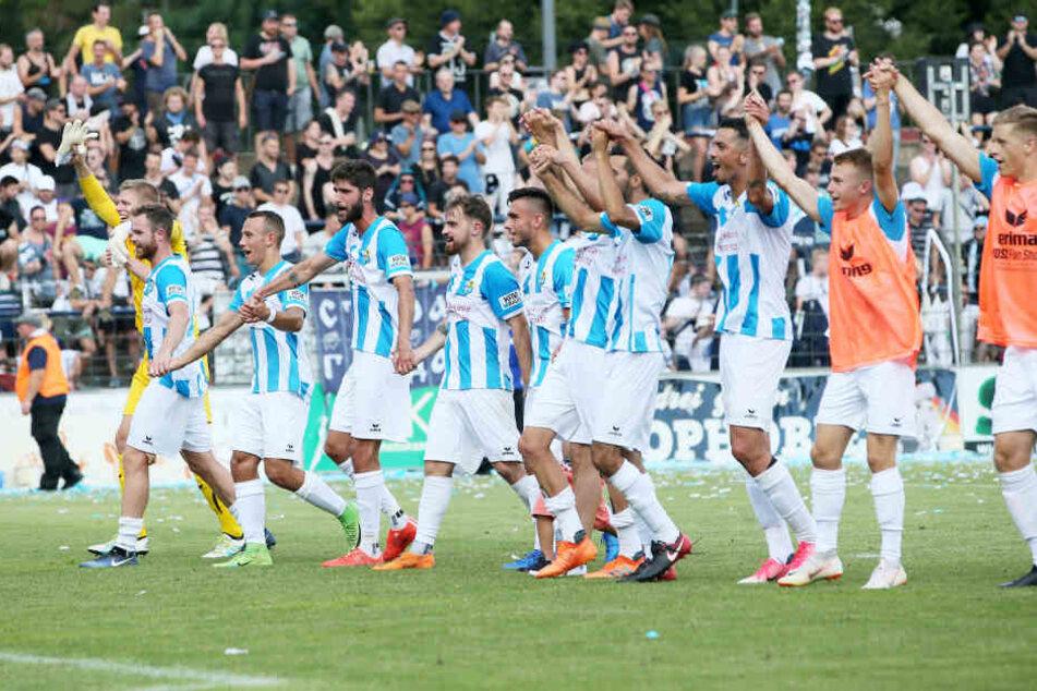 Chemnitzer Jubel mit den mitgereisten Fans nach dem hitzigen Spiel gegen Babelsberg.