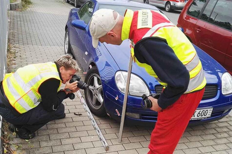Gutachter am Unfallort. Der Mercedes erwischte einen Radler (39) an der Löbtauer Straße.