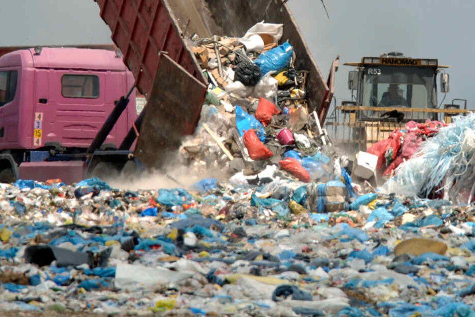Am Mittwochmorgen geriet Müll in der Lagerhalle einer Deponie in Brand (Symbolbild).