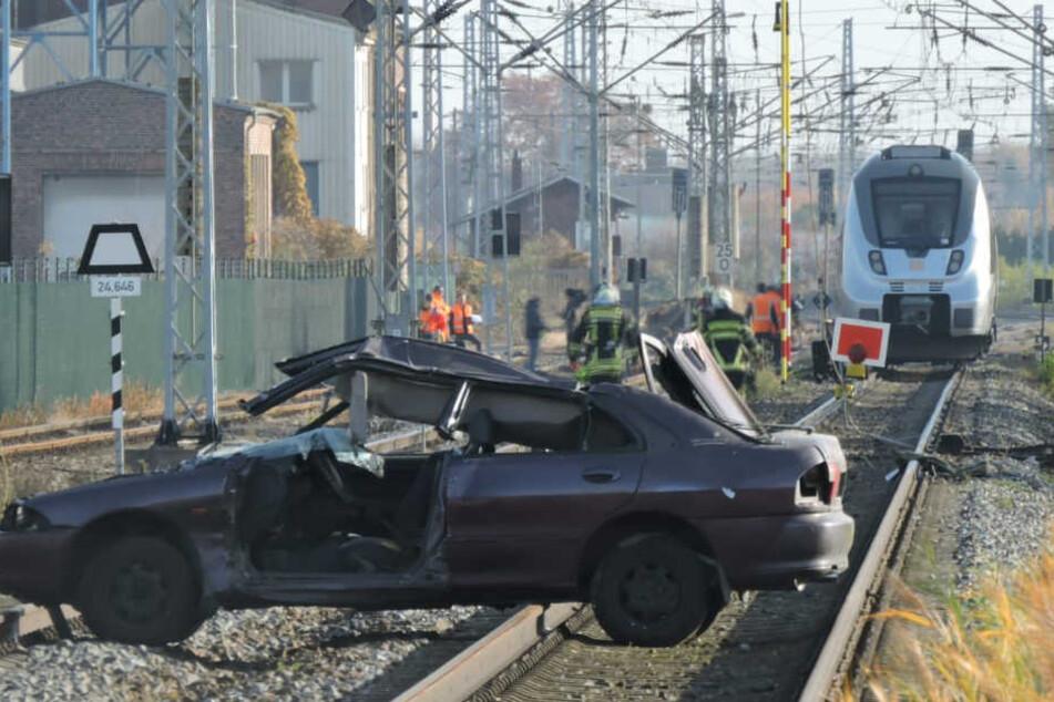 Glücklicherweise ist dieser Unfall nicht echt: die Delitzscher Feuerwehrkameraden probten am Samstagvormittag in der Nähe des Alten Güterbahnhofs den Ernstfall.