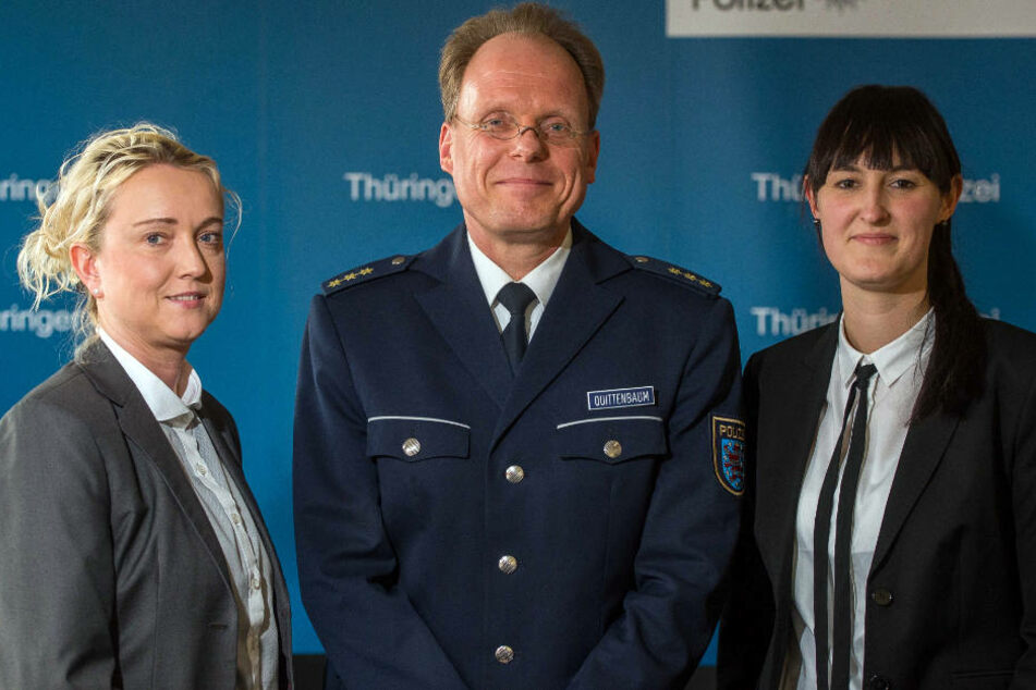 """Polizeidirektor Thomas Quittenbaum ist stolz auf die Arbeit der SOKO """"Altfälle"""". Neben ihm stehen Claudia Becker und Carolin Böhme. Sie machten den entscheidenden Treffer."""