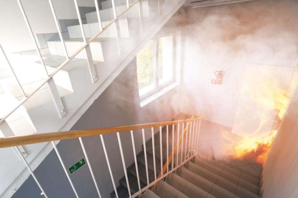 Der Mann saß in seiner brennenden Wohnung fest. (Symbolbild)