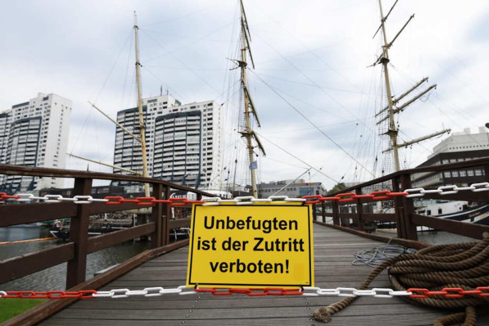 Ein Schild weist darauf hin, dass das Betreten des Segelschiffs verboten ist.